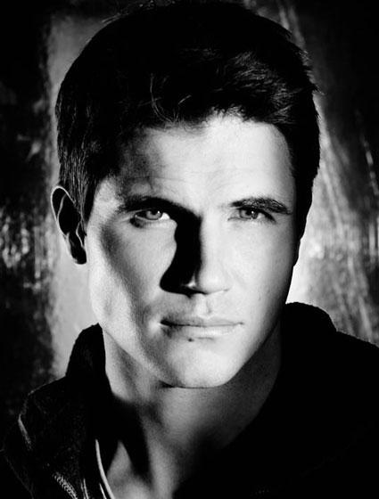 photo robbie amell series addict. Black Bedroom Furniture Sets. Home Design Ideas
